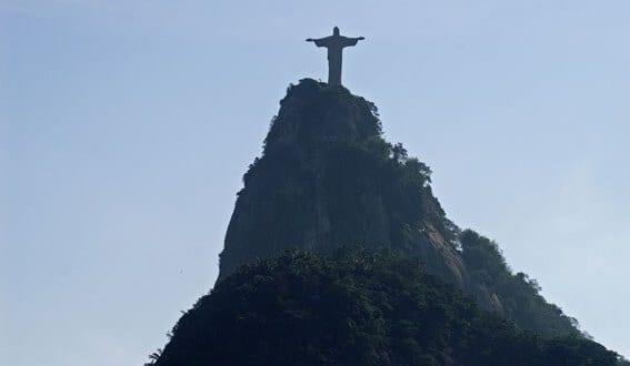 På berget Corcorvado står Kristus och tittar ut över Rio de Janeiro